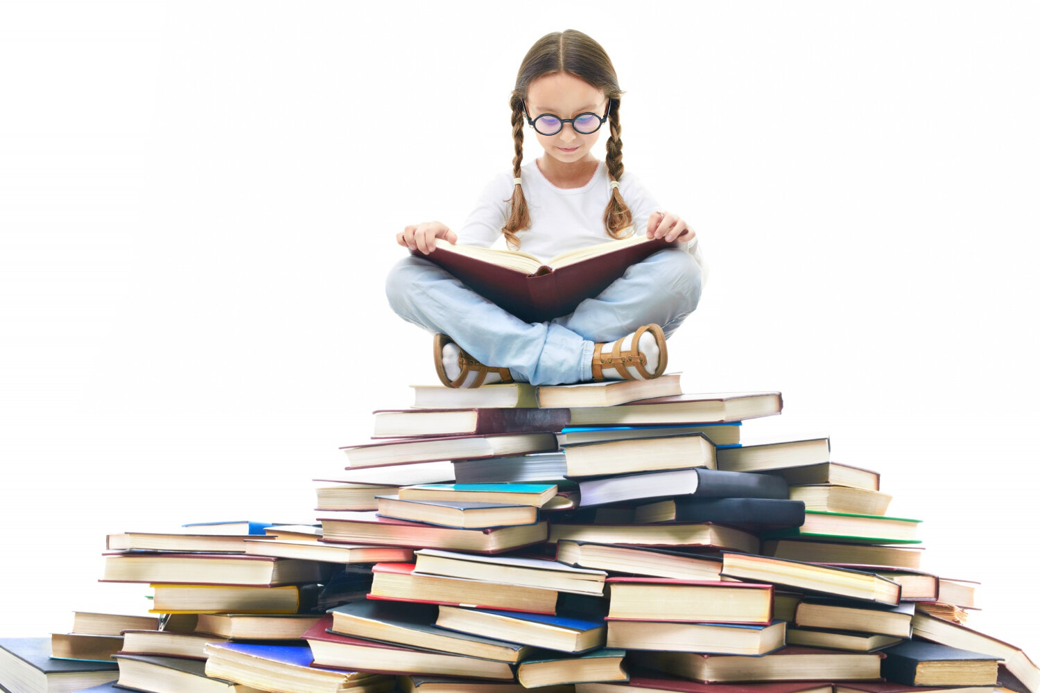 rsz_concentrated-girl-surrounded-by-books